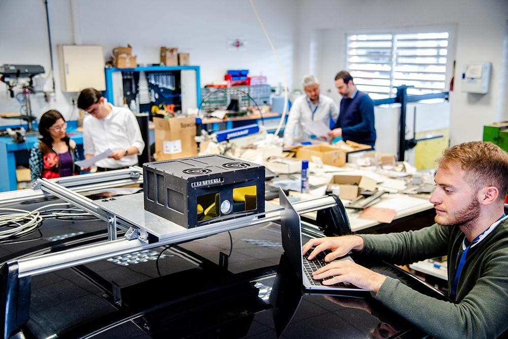 Personas trabajando en el laboratorio del CAREF