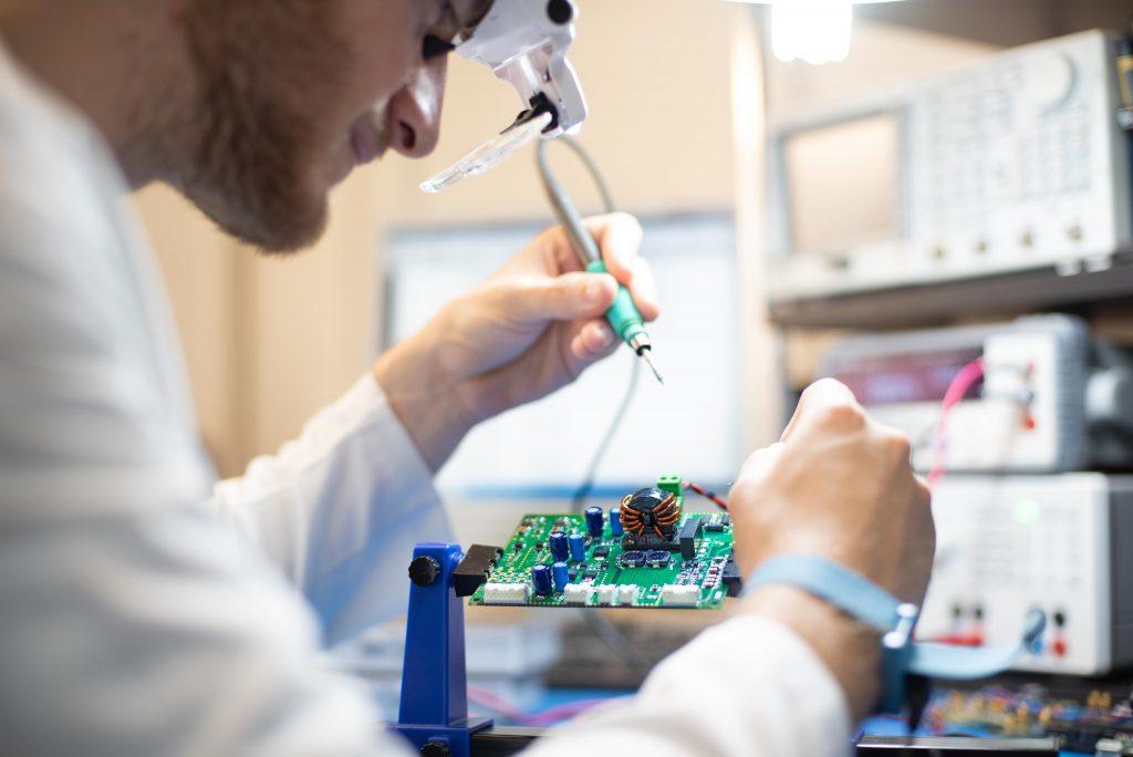 Científico trabajando placa microchip